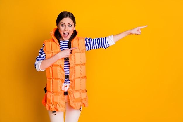 Retrato dela bonita atraente bonita adorável maravilhada alegre alegre menina vestindo salva-vidas mostrando conselho de solução anúncio anúncio isolado sobre fundo de cor amarela vibrante de brilho vívido brilhante