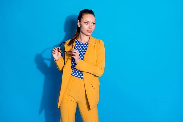 Retrato dela bonita, atraente, charmoso, elegante, elegante, senhora, diretora executiva segurando nas mãos especificações promoção carreira isolada brilhante brilho vívido vibrante fundo de cor azul