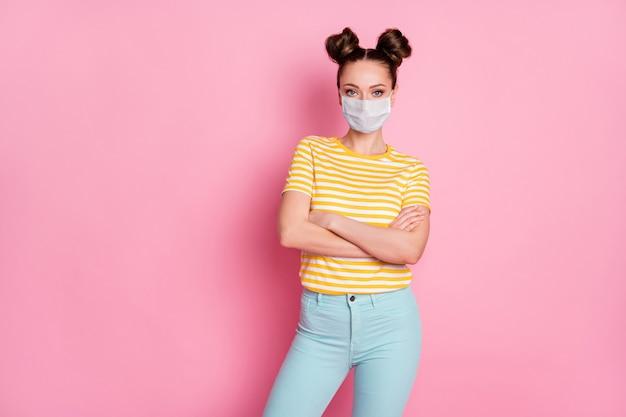 Retrato dela bonita, atraente, conteúdo, garota, usando máscara de segurança, braços cruzados, pandemia, contaminação, wuhan, doença, doença, gripe, gripe, gripe, isolado, pastel, cor fundo