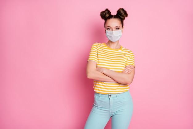 Retrato dela bonita, atraente, conteúdo, menina saudável, usando máscara de segurança, braços cruzados, saúde, parar, contaminação, wuhan, síndrome, doença, doença, isolado, rosa pastel, cor fundo