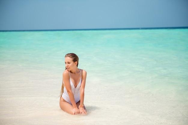 Retrato dela bonita atraente linda esguia modelo de cabelos compridos passando curtindo um dia de sol calmo e tranquilo lugar luxuoso bali goa havaí puro limpo azul claro água plage baía