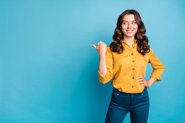 Retrato dela bonita atraente muito alegre alegre alegre menina de cabelos ondulados mostrando anúncio de polegar.