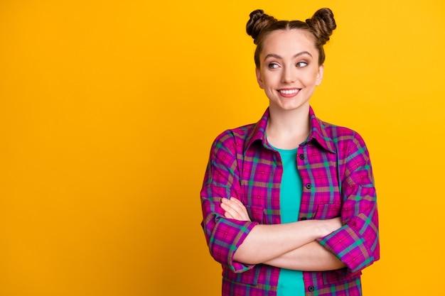 Retrato dela bonita atraente muito alegre alegre conteúdo menina camisa xadrez freelancer braços cruzados cópia espaço vazio isolado brilhante vívido brilho vibrante fundo de cor amarela