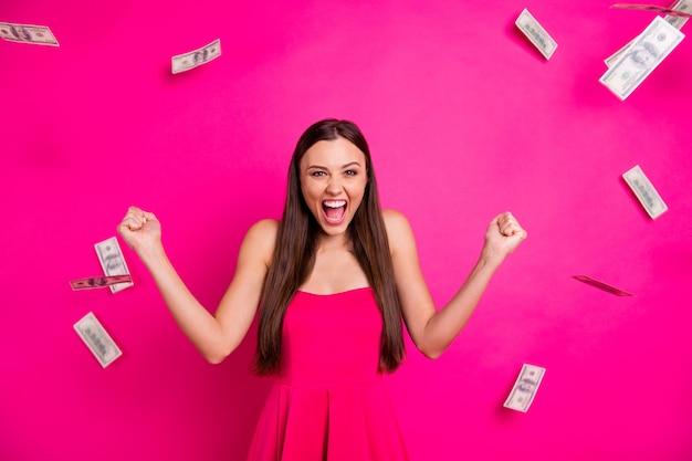 Retrato dela ela agradável atraente adorável linda alegre feliz garota de cabelos compridos desfrutando de fluxo de caixa grande jack pot ganhando isolado em fundo de cor rosa fúcsia brilhante brilhante vívido