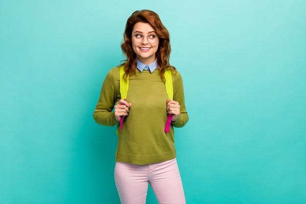 Retrato dela ela agradável atraente fofo modesto tímido criativo alegre garota de cabelos ondulados de volta à escola ano novo ano isolado em brilhante brilho vívido vibrante azul-petróleo fundo cor turquesa