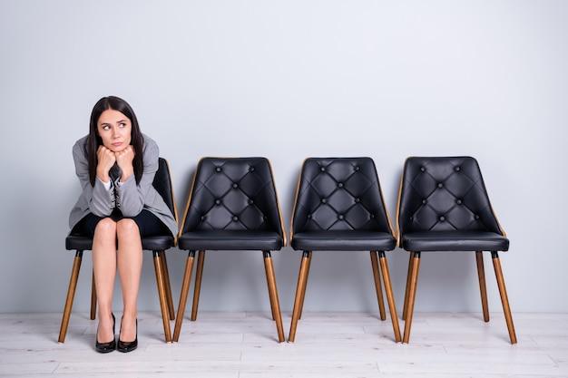 Retrato dela, ela, bonita, atraente, elegante, entediado, triste, deprimido, despedida, senhora, executivo, financeiro, gerente, corretor de imóveis, sentando, em, cadeira, esperando, reunião, ceo, chefe, chefe, isolado, pastel, cor cinza fundo