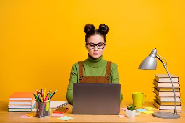 Retrato dela, ela é atraente, muito alegre, garota inteligente, programadora nerd trabalhando remotamente