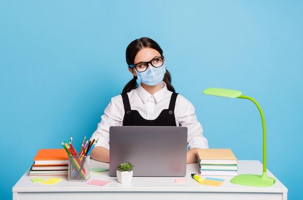 Retrato dela, ela é legal, atraente, criativa, inteligente, inteligente, usando máscara de segurança, trabalhando no laptop, fique em casa, pare mers cov, influenza, auto-isolamento, fundo de cor azul