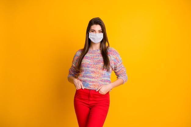 Retrato dela, ela, garota atraente, usando máscara de segurança de gaze, parar de síndrome de problema de pneumonia viral pandemia mers cov distância social isolado brilhante brilho vívido fundo de cor amarela