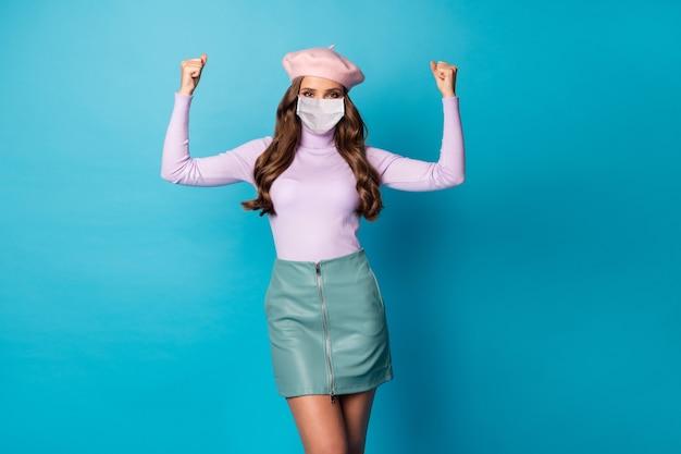 Retrato dela, ela, simpática, atraente, elegante, forte, garota, usando, máscara de segurança, mostrando, músculos, parar, pandemia, infecção, medicina, isolado, ligado, brilhante, vívido, vibrante, cor azul, fundo
