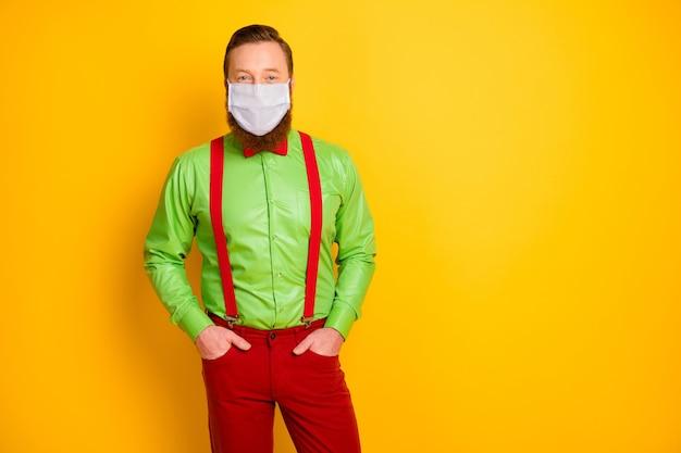 Retrato dele, ele, atraente e elegante, usando máscara de segurança, doença cobre medidas preventivas saúde pneumonia viral descontaminação isolado fundo de cor amarela