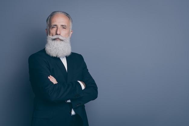 Retrato dele ele bom atraente conteúdo calmo bem-sucedido homem de cabelos grisalhos ceo chefe empregador braços cruzados cópia espaço isolado sobre fundo cinza violeta roxo cor pastel