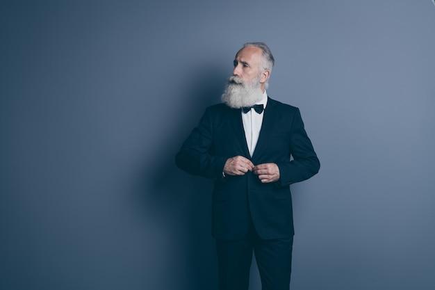 Retrato dele, ele bom conteúdo atraente na moda calmo homem de cabelos grisalhos legal botão de fixação macho isolado sobre fundo cinza escuro pastel