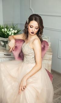 Retrato delicado de uma jovem modelo com um vestido elegante em tons pastel