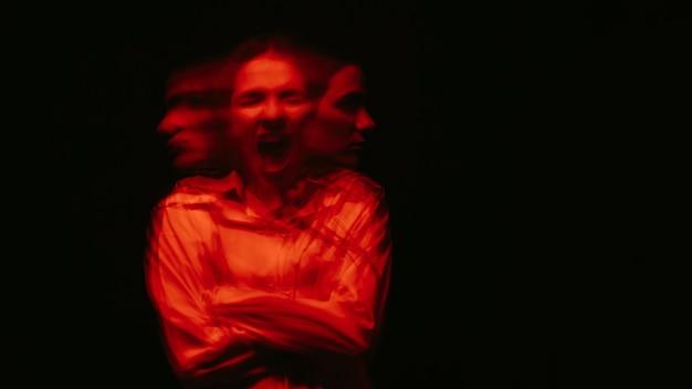 Retrato desfocado de mulher com transtornos paranóicos e doença bipolar