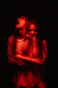 Retrato desfocado de uma menina com transtornos mentais paranóicos
