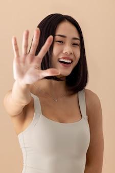 Retrato deslumbrante de modelo de mulher asiática