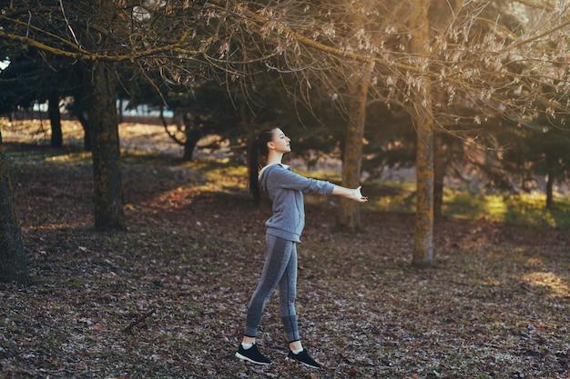 Retrato desportivo jovem fazendo alongamento