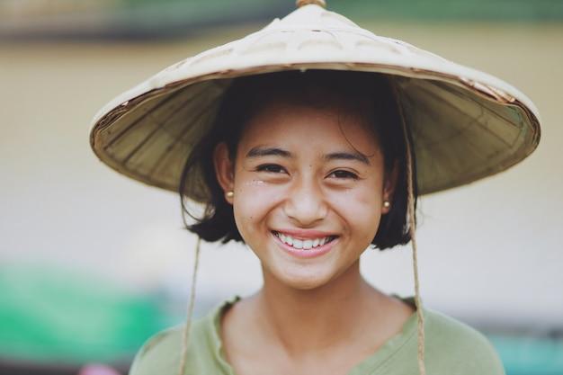 Retrato do agricultor asiático menina birmanesa bonita em mianmar