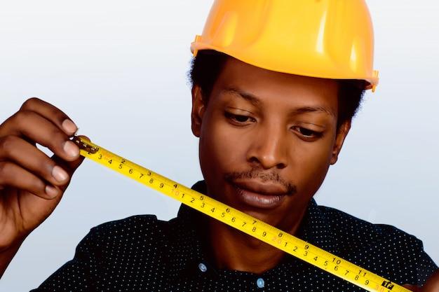 Retrato do arquiteto afro-americano no capacete