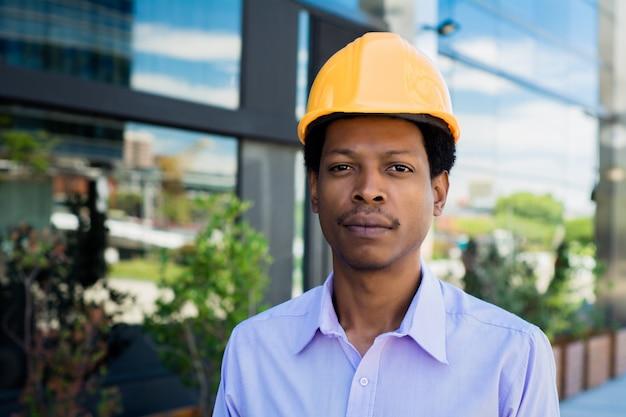 Retrato do arquiteto afro homem no capacete