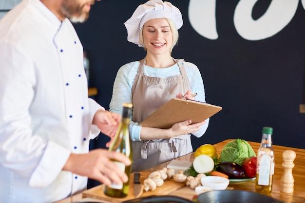 Retrato do assistente de talentoso chef