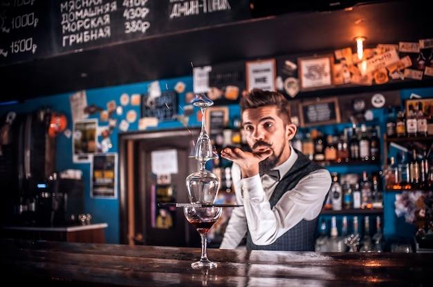 Retrato do barman servindo bebida alcoólica fresca nos copos no bar