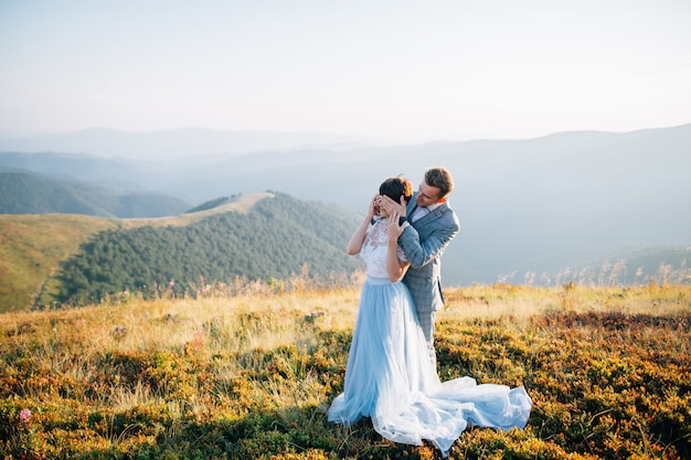 Retrato do casal de noivos nas montanhas