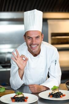 Retrato do chef gesticulando em uma cozinha comercial