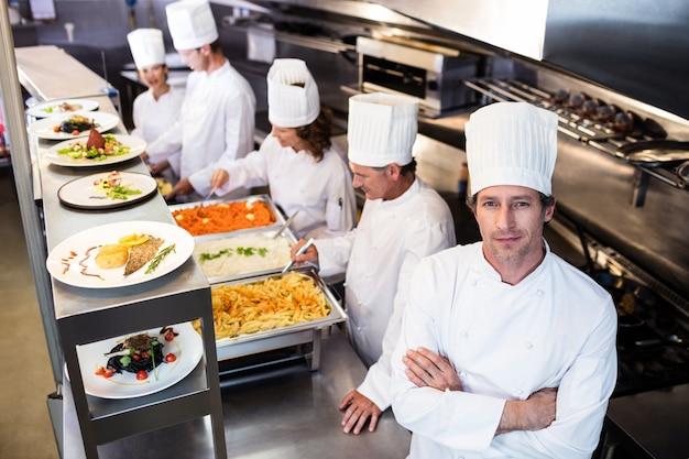 Retrato do chef na cozinha comercial