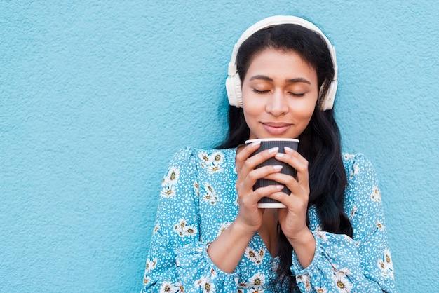 Retrato do close-up da mulher cheirando o café