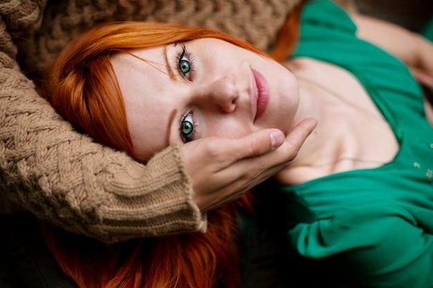 Retrato do close-up da mulher de cabelo vermelho