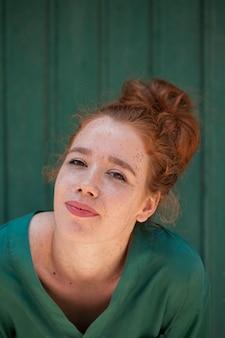 Retrato do close-up da mulher ruiva linda