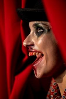 Retrato do close-up de maquiagem de mulher de halloween de vista lateral