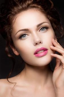 Retrato do close-up de mulher bonita com maquiagem brilhante