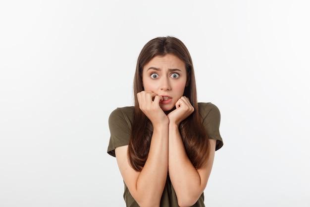 Retrato do close-up de mulher bonita surpresa, segurando sua cabeça com espanto e boca aberta.