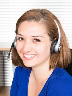 Retrato do close-up de um agente de serviço ao cliente no escritório
