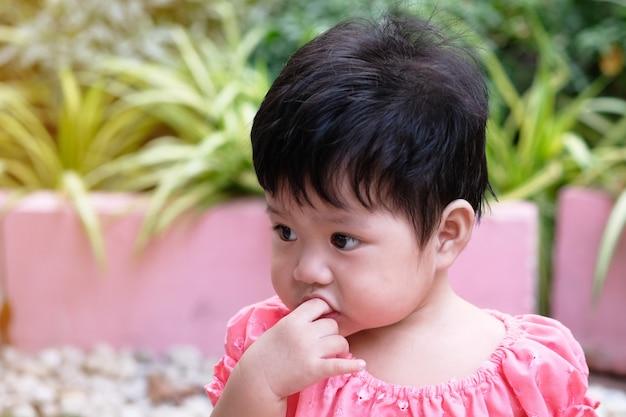 Retrato do close-up de um bebé asiático do cutie.