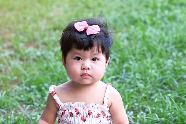 Retrato do close-up de uma menina asiática bonito.