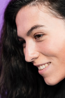 Retrato do close-up de uma mulher sorridente