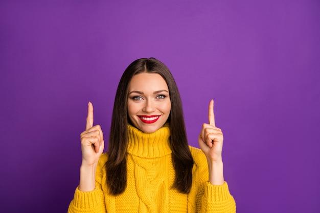 Retrato do close-up dela ela agradável adorável atraente alegre garota de cabelos lisos apontando o dedo indicador para cima como presente de presente. Foto Premium
