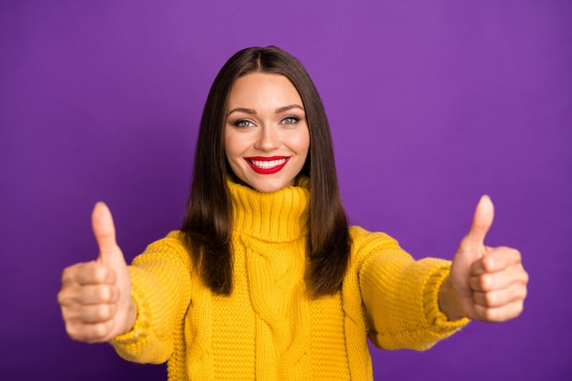 Retrato do close-up dela ela agradável atraente encantadora muito alegre alegre alegre garota de cabelos lisos mostrando dois polegar duplo.