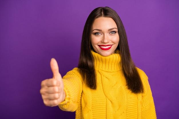 Retrato do close-up dela ela bom atraente adorável alegre alegre alegre conteúdo garota de cabelos lisos mostrando dando thumbup.