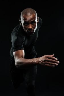 Retrato do close-up do afro americano saudável homem correndo