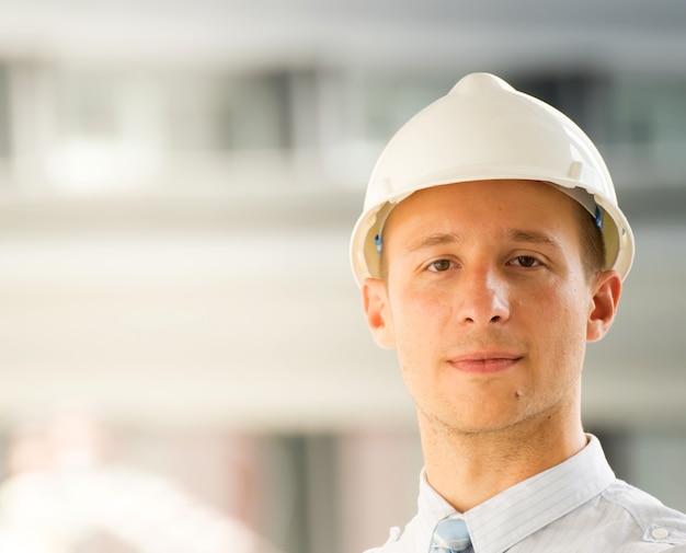 Retrato do close-up do engenheiro profissional no capacete.