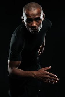Retrato do close-up do homem afro americano correndo