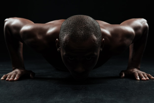 Retrato do close-up do homem afro-americano esportes, fazendo exercícios de flexão