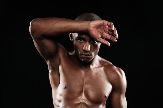 Retrato do close-up do homem jovem afro americano esportes