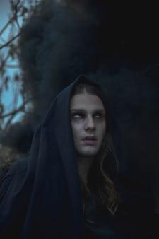 Retrato do close-up do homem no nevoeiro preto