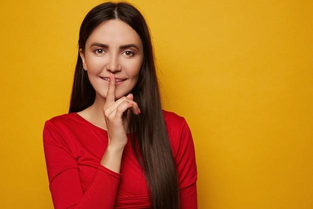 Retrato do close up do modelo feminino jovem atraente com sorriso bonito usando aparelho dentário isolado o.